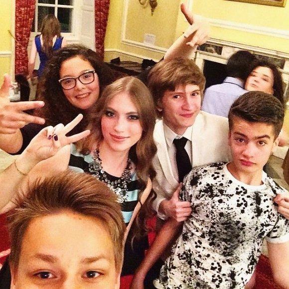 Діти Порошенка відпочивали на вечірці в британському коледжі (ФОТО)