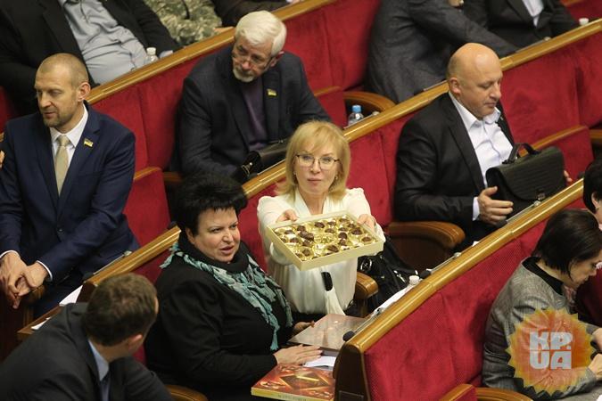 Заморити депутатського черв'ячка: чим нардепи втамовують голод на засіданнях Ради (ФОТО)