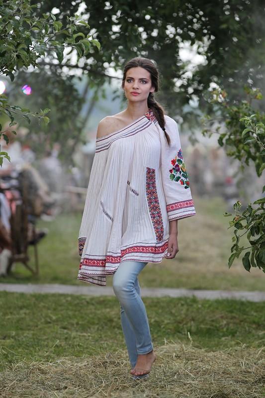 28-moda_vyshyvka_oksana_karavanska_in_metropolyt_sady_kraws9477