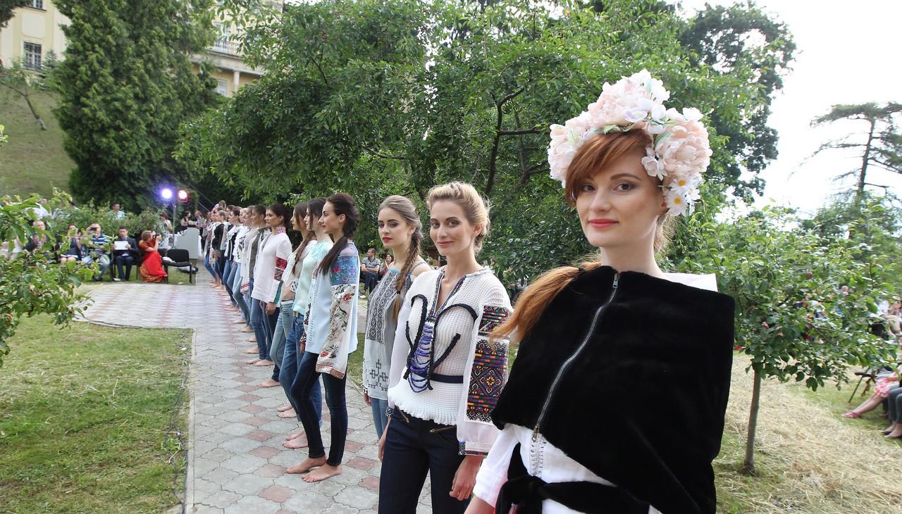 28-moda_vyshyvka_oksana_karavanska_in_metropolyt_sady_kraws9842_0