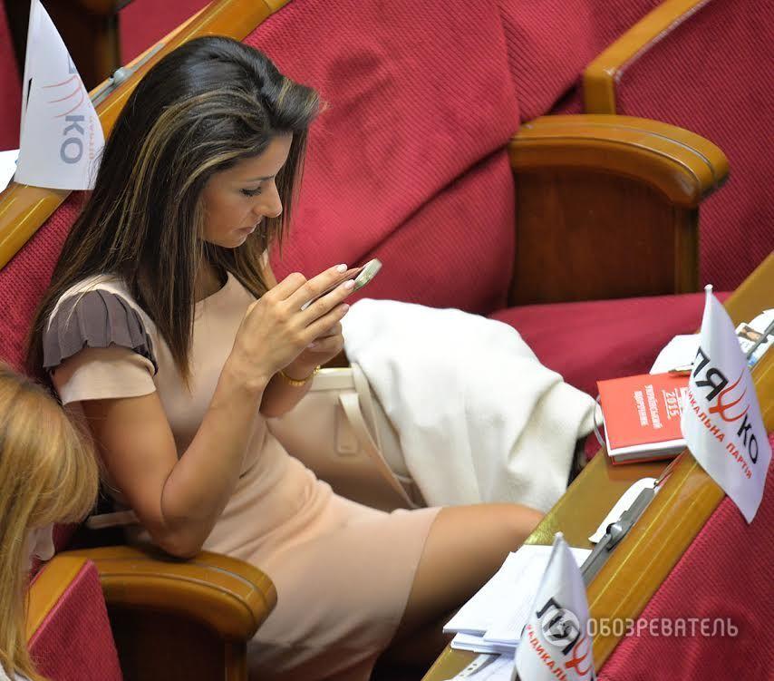 Новые тренды помолодевшей Рады: короткие юбки и стильные бусы (ФОТО)