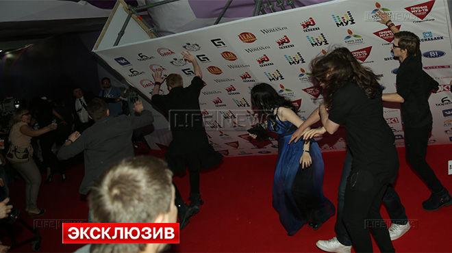 Онука Пугачової придавило декораціями на врученні премії Муз-ТВ (ВІДЕО)