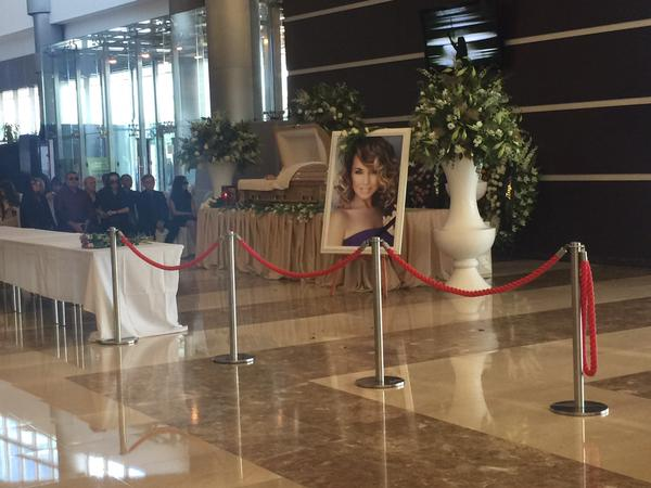 У Москві прощаються з Жанною Фріске: до концертної зали шалені черги прихильників  (ФОТО)