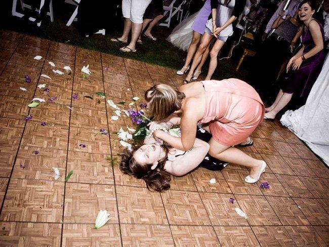 На межі відчаю: як дівчата ловлять весільний букет (ФОТО)