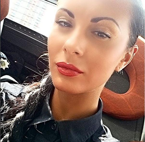 Сексі брюнетка з поліції презентувала власний відеоблог