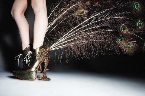 Перната» мода  японський дизайнер створив колекцію взуття з пір`я ... 80593ab34d9cf