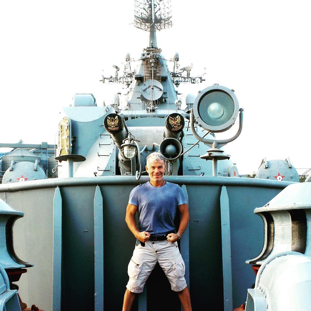 Олег Газманов позує на тлі  військових кораблів в окупованому Криму