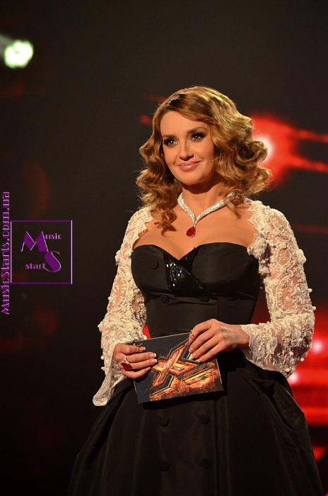 Оксана Марченко в третьем эфире «Х-фактора» предстала в элегантном наряде