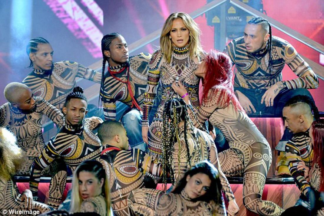 На виступі Лопес та її танцівниці тріснув костюм на пікантному місці (ФОТО)