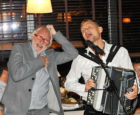 Известного французского актера угостили борщом и порадовали песнями Скрипки (ФОТО)