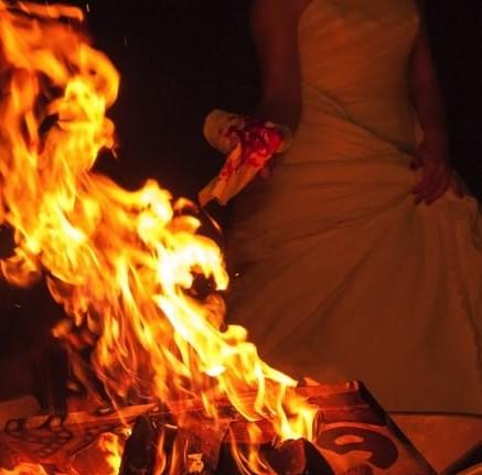 Українська співачка з помсти коханому спалила розкішний особняк  (ФОТО)