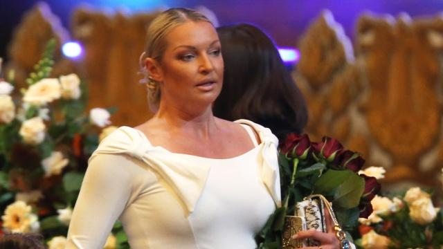 На ночь глядя: Волочкова в откровенном платье искала «первого мужика» на деревне (Фото)
