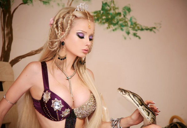 Одеська Барбі влаштувала оголену фотосесію з ножем, лопатою та лялькою «вуду» (ФОТО)