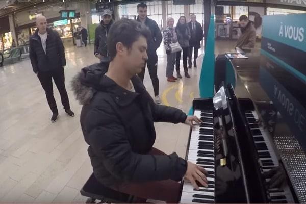Французы поражены: украинский пианист сыграл гимн Украины в центре Парижа (ВИДЕО)