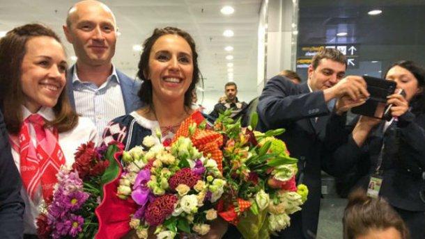 Эмоции, слезы и море цветов – Джамала вернулась в Украину (ВИДЕО)
