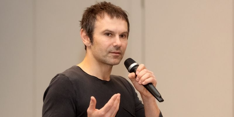 Скандал: в сети высмеяли плагиат и безвкусицу Вакарчука (ФОТО)