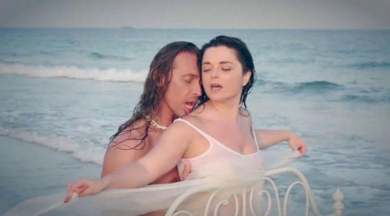 Наташа Королева в легкой простыне балуется с Тарзаном в бане (ФОТО)