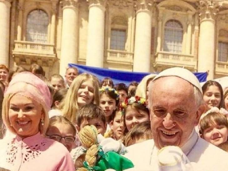 Як Бужинська вся у рожевому возила дітей з Донбасу до Папи Римського (ФОТО)