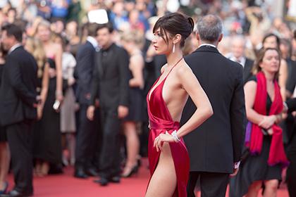 Плаття з розрізом до талії надто оголило відому модель в Каннах (фото)