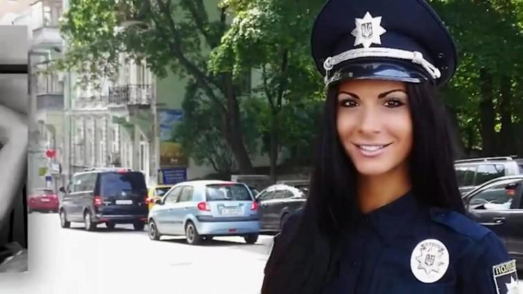 Поліцейська Людмила Мілевич в купальнику похвалилася татуюванням на всю спину (фото)