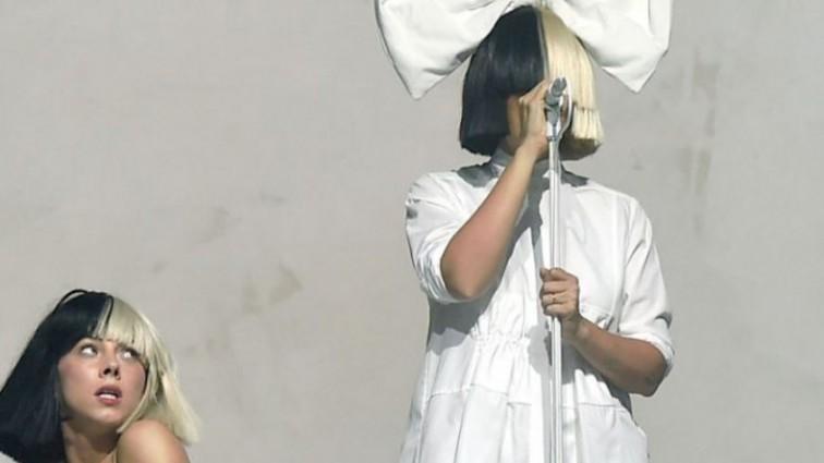 Співачка Sia вперше показала обличчя (Фото, відео)