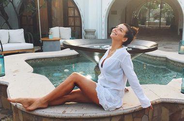 Анна Седокова похвалилася пишними грудьми у відвертому купальнику (фото)