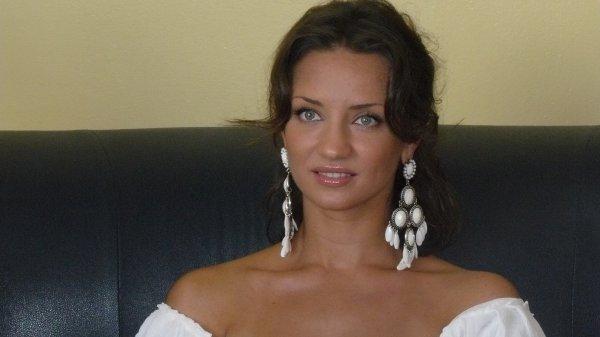 Тетяна Денисова оголилася в кафе через сміливий розріз (фото)