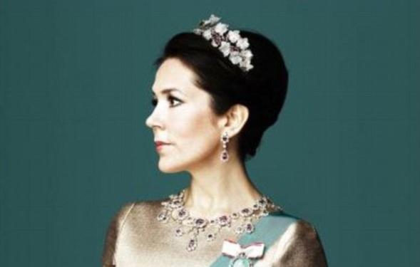 Принцеса Мері приголомшила портретом у коштовній тіарі (фото)