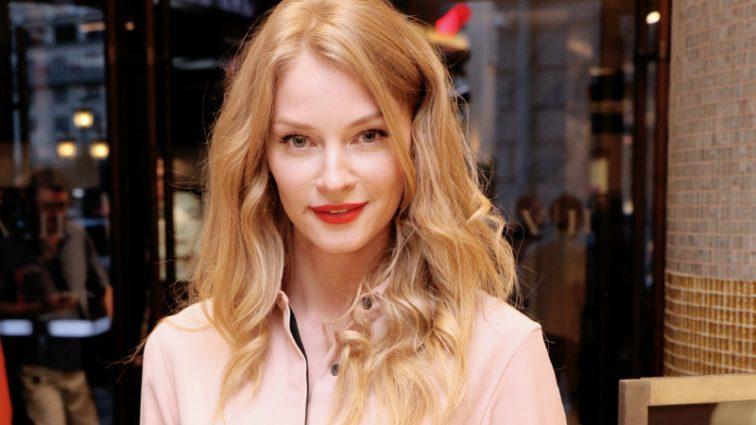 Оце так розмір! Актриса Світлана Ходченкова показала груди на прем'єрі (ФОТО)