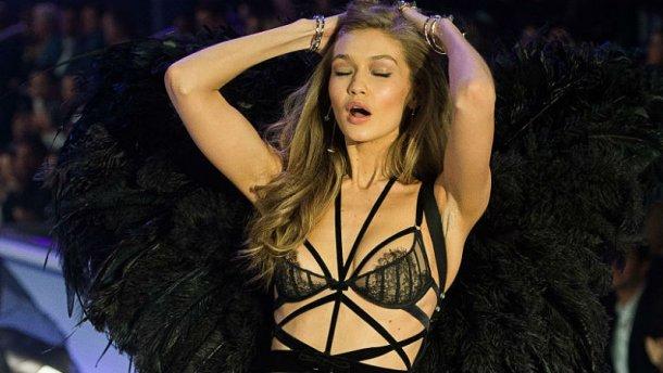 Зганьбилась на всю країну: У моделі Victoria`s Secret порвалась білизна прямо на подіумі (ФОТО)