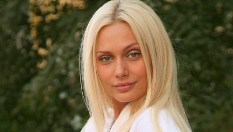Як зіпсоване желе: У актриси Наталії Рудової сповз з грудей купальник (ФОТО)