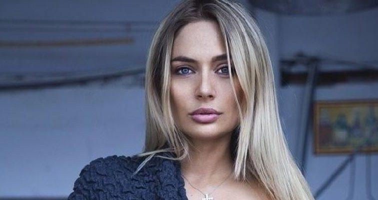 Геть здуріла: розпусна Наталія Рудова засунула руку в труси на пляжі серед людей і вивалила величезні груди (ФОТО)
