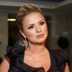 Пишнотіла Анна Семенович «виперла» свої неймовірно великі груди під ялинкою (ФОТО)