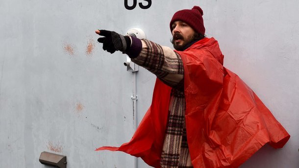 Він повернувся: Зірка «Трансформерів» відновив акцію протесту проти Трампа після арешту