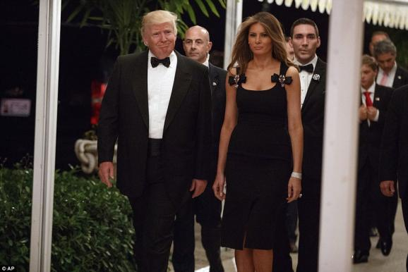 im578xany-3bbf762900000578-0-trump_and_melania_are_flanked_by_security_as_they_walk_into_the_-a-82_1483236766072