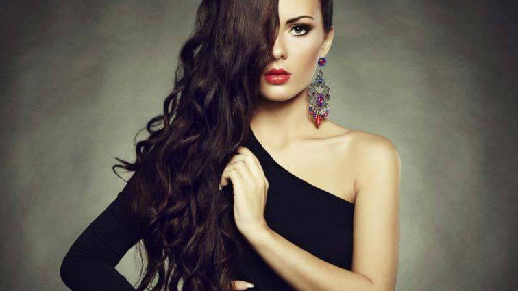 Будьте чарівні: який вибрати макіяж під чорне плаття: поради стилістів (ВІДЕО)