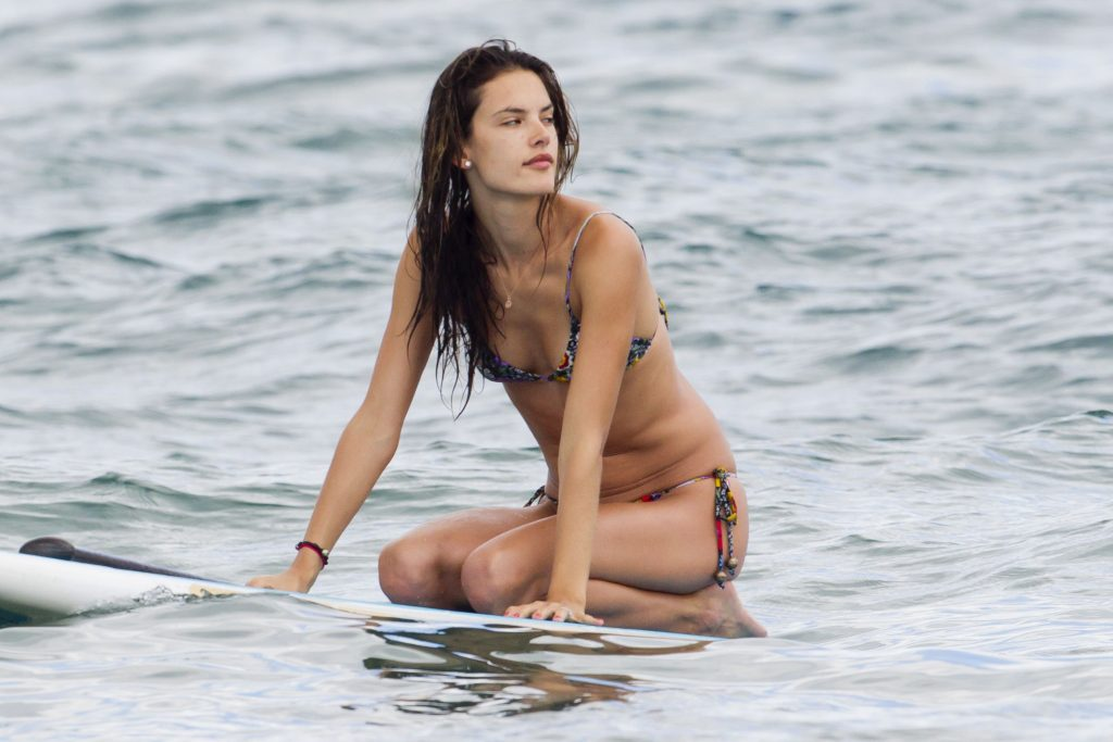 1280735195_66663_alessandra_ambrosio_on_the_beach_in_hawaii_11_122_93lo