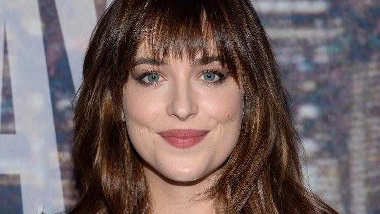 Вона зовсім безголова: актриса «50 відтінків сірого» спантеличила публіку дивним вчинком. Що вона витворяє? (ВІДЕО)