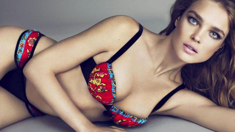 Карлі Клосс в прозорому вбранні без бюстгальтера затьмарила Наталію Водянову на вечірці