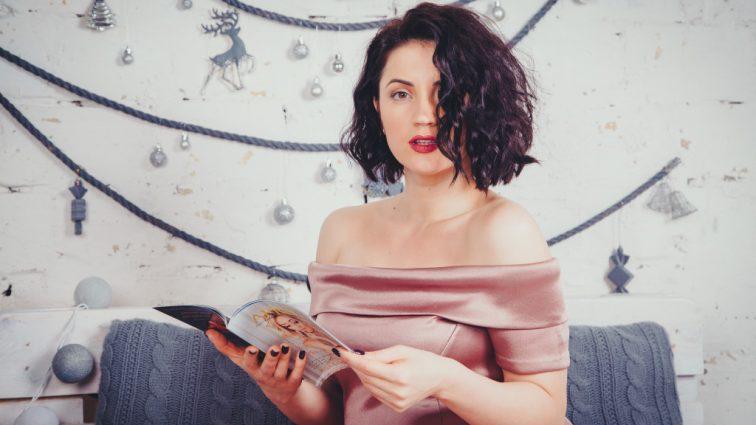 Гаряча штучка: Оля Цибульська показала пікантне фото з гримерки, затуливши інтимні місця щіточками (ФОТО)