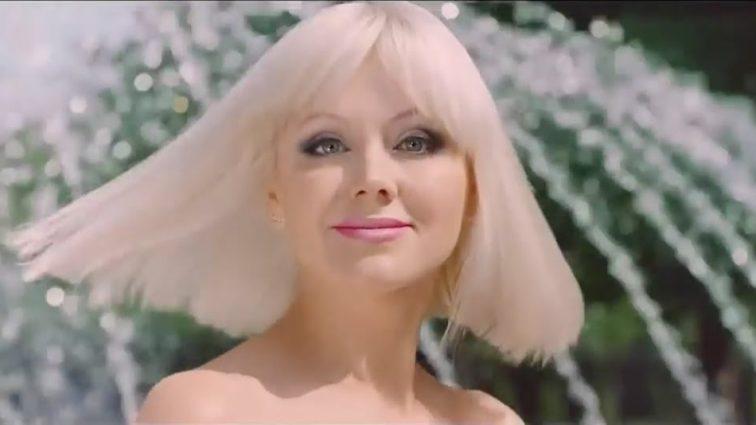 Співачка Наталі продемонструвала кругленький животик (фото)