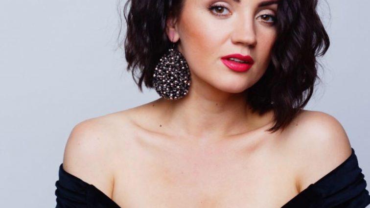 Розпусна Оля Цибульська виставила струнку ніжку в пікантній сукні (ФОТО)