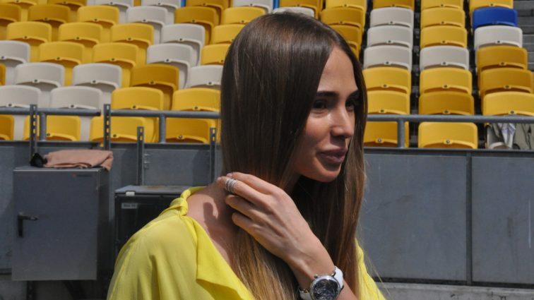 О це так ноги: Дружина українського футболіста продемонструвала, що приховує під довгою сукнею