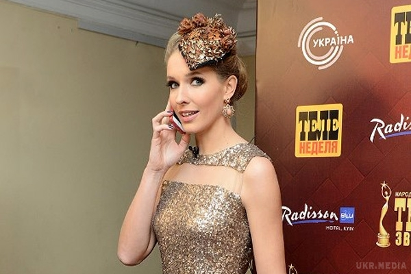 Просто розкішна: телеведуча Катя Осадча продемонструвала стрункі ніжки в неймовірно красивій сукні (ФОТО)