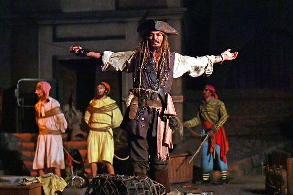 Джонні Депп в образі Джека Горобця розважав маленьких відвідувачів «Діснейленда» (ФОТО)