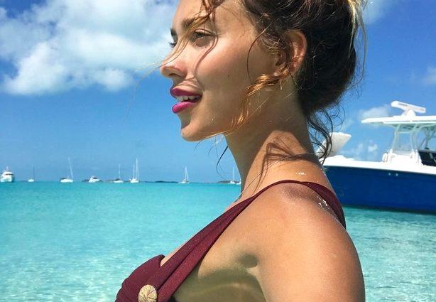 Вона ЗДОРОВЕННА!!! Ведуча «Орла і Решки» відпочиває на Багамах з величезною свинею (ФОТО)