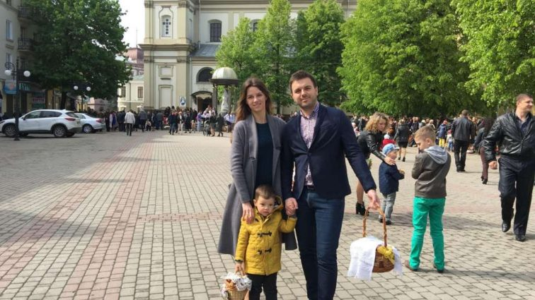 Відомий на всю Україну ведучий розповів як святкує Паску! Куди щороку «втікає» зірка?