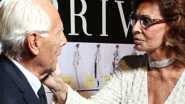 82-річна Софі Лорен в костюмі зі сміливим декольте опинилася в центрі уваги! Ви такого ще не бачили!