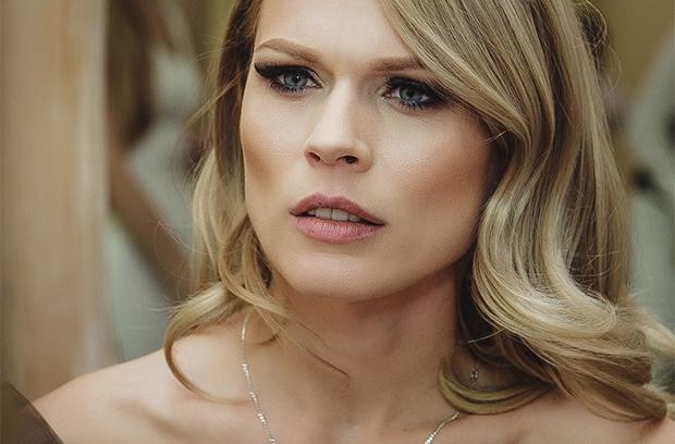 «Вона що після перепою?»: Ольга Фреймут показала шокуюче фото у дивній сірій сукні, яка їй зовсім не личить