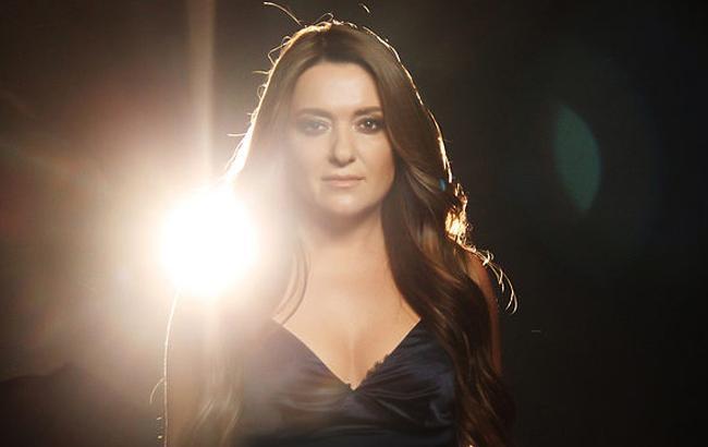 В її то віці: безсоромна Наталія Могилевска вилізла на рояль і показала свої тілесні труси в сукні з величезним розрізом